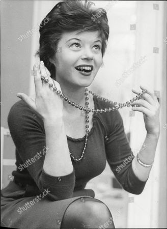 Shani Wallis Actress With String Of Pearl Necklace 1960.