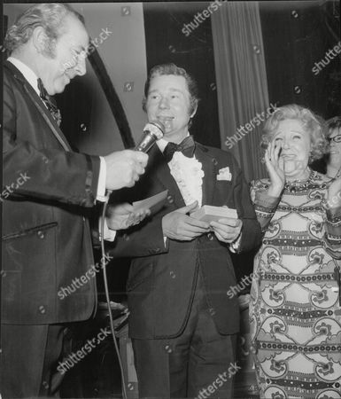 Weekend Editor David Hill With Actors Reg Varney And Doris Hare At The Weekend Mail Awards Night Ball 1970.