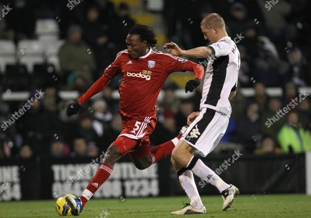 Somen Tchoyi of West Bromwich Albion holds off Brede Hangeland of Fulham to score the equalising goal 1-1
