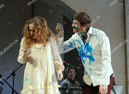 Stock Image of 'A Midsummer Night's Dream' - Victoria Moseley as Hermia and John Lightbody as Lysander