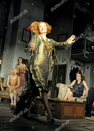 Stock Image of 'Hay Fever' - Amy Morgan as Jackie, Phoebe Waller-Bridge as Sorel, Lindsay Duncan as Judith Bliss, Olivia Colman as Myra