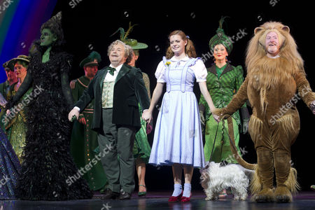 Stock Image of Marianne Benedict (Miss Gulch/Wicked Witch of the West), Russell Grant (Professor Marvel/The Wizard of Oz), Sophie Evans (Dorothy) and Martin Callaghan (Zeke/Cowardly Lion)