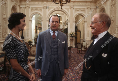 Kymberley Huffman as Pauline Stoker, Robert Daws as Tuppy Glossop and Don Fellows as J. Washburn Stoker的庫存圖像