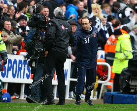 Sunderland Manager Martin O'Neill shakes hands with counterpart Alan Pardew of Newcastle United at the end of the game