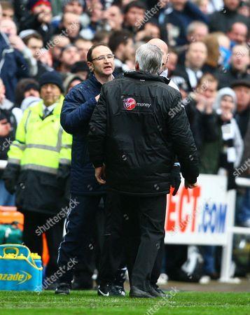 Newcastle Manager Alan Pardew and Sunderland Manager Martin O'Neill (facing) argue