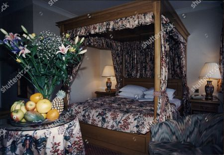 Four Poster Bed At Moat House Hotel Stevenage For Story On Mp Barbara Follet (not Pictured) 1995.