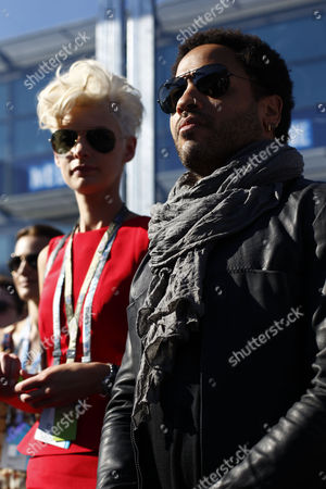 Lenny Kravitz watches the race with Kate Peck