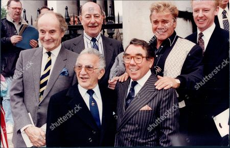 Arkistokuva kohteesta Henry Mcgee Alfred Marks Davey Kaye Ronnie Corbett And Freddie Starr At A Memorial Service For Benny Hill