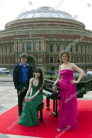 Katie Derham Launches The Bbc Proms 2011 With Young Pianists Alice Sara And Benjamin Grosvenor At The Albert Hall
