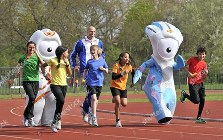 Dean Macey and official London 2012 Olympic and Paralympic Games Mascots, Wenlock and Mandeville with young athletes from Belgrave Harriers