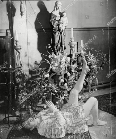 Theatrical Plays Our Lady's Tumbler At A West End Church St Thomas In Regent Street With George Selway A Clown Who Has Only His Dances To Offer The Madonna