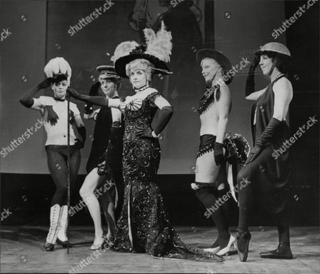 Theatrical Plays Oh What A Lovely War Opening Wyndham Theatre L To R Mary Preston Myvanny Jenn Judy Cornwall And Fanny Carby