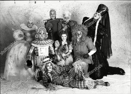 The Cast Of The Musical Wizard Of Oz. Dorothy Played By Imelda Staunton Tin Man John Rowe Lion Jim Carter Uncle David Glover Good Witch Dilys Laye Wicked Witch Billie Brown Wizard Of Oz Tony Church And Scarecrow Paul Greenwood