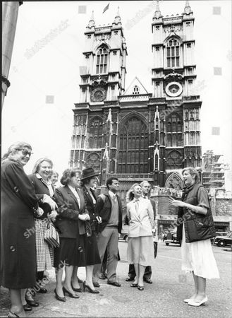 Holiday Guides 1986 Sara Barrett A Tour Guide At Westminster Abbey London On The 'fergie Tour'