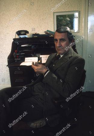 Douglas Wilmer as Mr Broome