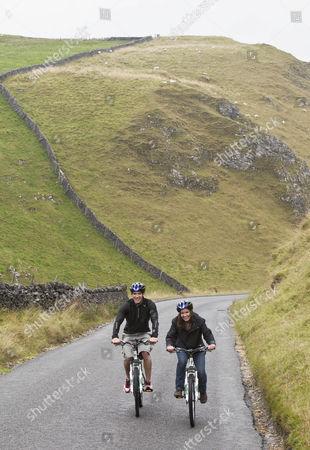 Gethin Jones and Charlotte Uhlenbroek go Mountain biking in Yorkshires Peak District