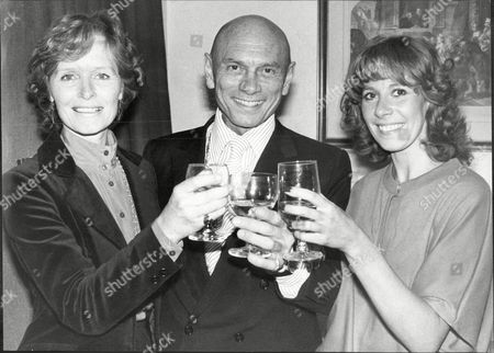 Yul Brynner And Virginia McKenna Take Time Off Rehearsals Of 'the King & I' To Go Backstage At Evita And Meet Stars Of The Show With Marti Webb Who Plays Eva Peron While Elaine Paige Is On Holiday