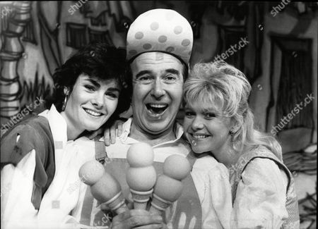 Leslie Crowther Tv Presenter With Actress Janet Dibley For Pantomime Robinson Crusoe Theatre Royal Bath 1989.