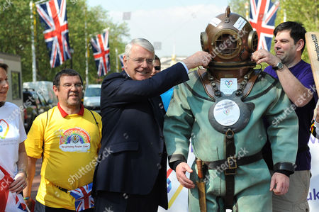 Former Prime Minister, John Major starts Lloyd Scott's marathon attempt.