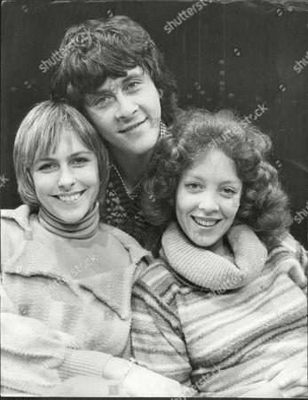 Actor Richard Beckinsale (died 3/79) With Liz Robertson (l) And Debbie Fallender Who Are Appearing In Musical 'i Love My Wife' At The Prince Of Wales Theatre.