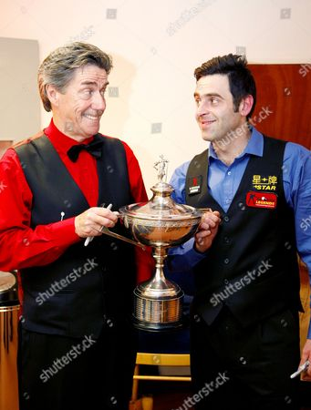 Cliff Thorburn and Ronnie O'Sullivan with World Snooker Trophy