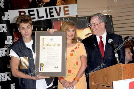Stock Photo of Justin Bieber, Rachelle Friedman and Scott Stringer