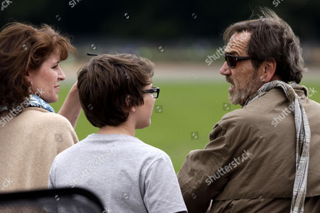 Robert Lindsay with wife Rosemarie Ford and son