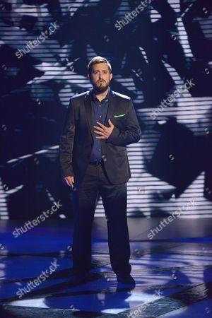 Tim Prottey-Jones singing to win the elimination