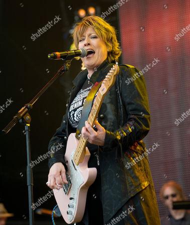 Katrina Leskanich performing