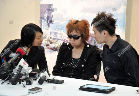 Jun Lin's mother Zhigui Du at a press conference