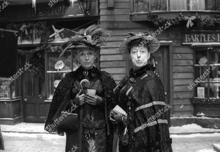 Patricia Lawrence as Maud and Dorothea Phillips as Winifred
