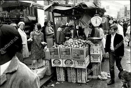 Susie Orbach The 20 Year Old Daughter Of The Labour Mp For Sockport South Maurice Orbach Selling Sandwiches At Portobello Market.