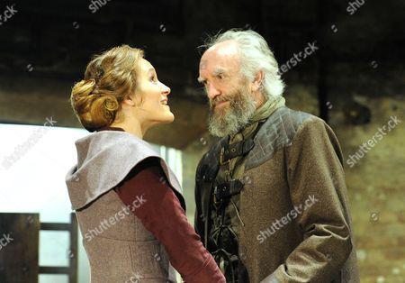 Zoe Waites as Goneril, Jonathan Pryce as King Lear