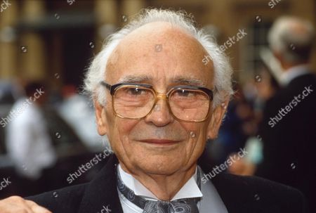 Editorial photo of KENNETH CONNOR RECEIVES INVESTITURE AT  BUCKINGHAM PALACE LONDON, BRITAIN -  1991