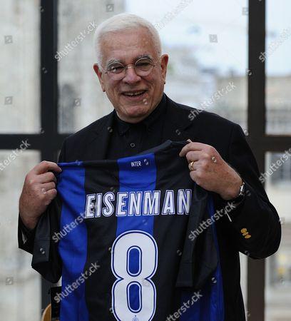 Peter Eisenman with an Inter Milan football shirt bearing his name