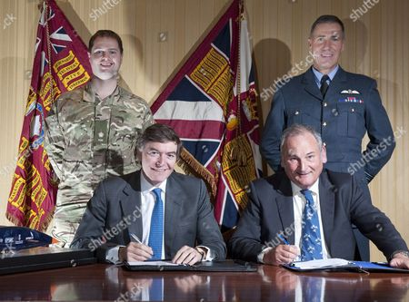 The REME Team with  Defence Minister Philip Dunne, Driver Wing Commander Andy Green and Bloodhound Director Richard Noble