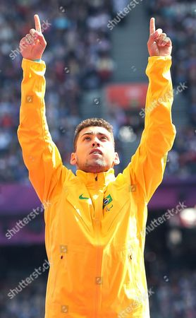 Alan Oliveira receives his gold medal for the T44 200 metres