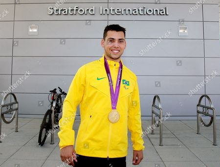 Alan Oliveira with his gold medal for the T44 200 metres
