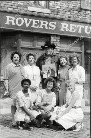 Howard Keel Actor & Singer With Coronation Street Actresses Betty Driver Jean Alexander Eileen Derbyshire Barbara Knox Lisa Lewis Anne Cunningham And Janette Beverly In Front Of Rovers Return Pub 1984.