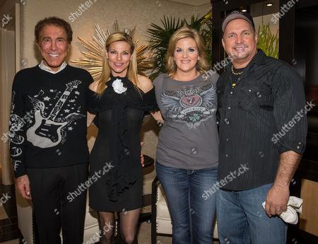 Steve Wynn, Andrea Wynn, Trisha Yearwood and Garth brooks