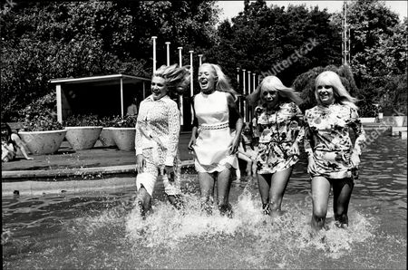 Trisha Noble (singer) Ruth Erika And Twins Sue Baker & Jenny Baker In Pool At Battersea Park For Charity Walk By The Lord's Taverners 1969.