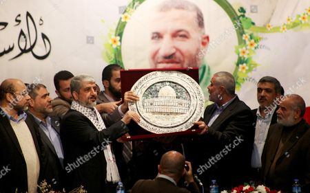 Hamas chief Khaled Meshaal and Palestinian Prime Minister Ismail Haniyeh with decorative plate showing the Dome of the Rock in Jerusalem