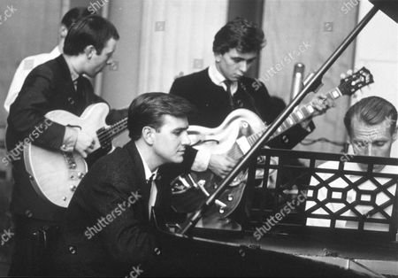 BILLY J. KRAMER AND THE DAKOTAS WITH PRODUCER GEORGE MARTIN AT THE PIANO