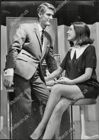 Dj Pete Murray With Actress Susan Stranks On The Final Episode Of Television Programme 'juke Box Jury' Peter 'pete' Murray Obe (born 19 September 1925) Is A British Radio And Television Presenter And A Stage And Screen Actor. His Broadcasting Career Spanned Over 50 Years.