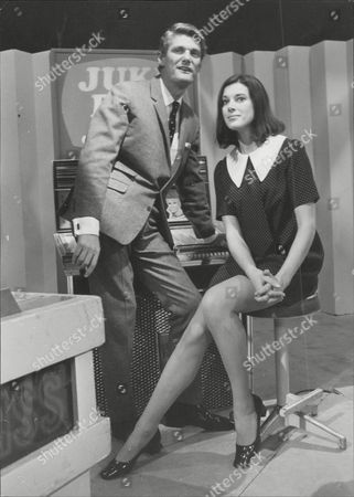 Dj Pete Murray With Actress Susan Stranks On Set Of The Final Episode Of Television Programme 'juke Box Jury' Peter 'pete' Murray Obe (born 19 September 1925) Is A British Radio And Television Presenter And A Stage And Screen Actor. His Broadcasting Career Spanned Over 50 Years.
