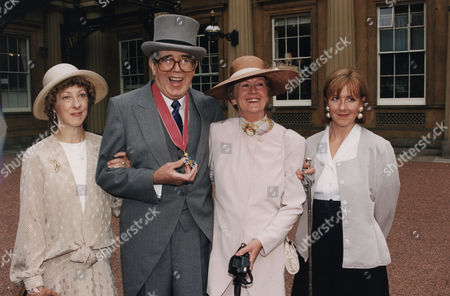 Leslie Crowther Jean Crowther Comedian With Wife And Daughters With His O.b.e.