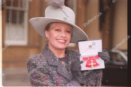 Singer Elaine Paige After Receiving Her Obe At Buckingham Palace 25 Feb 1997.