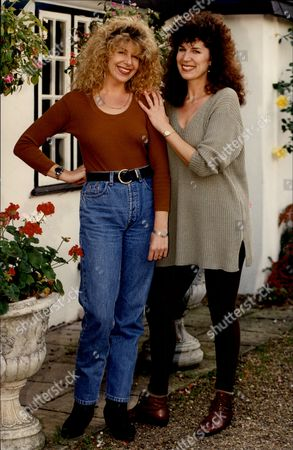 Opera Singer Rosalind Plowright (right) With Her Sister Louise Plowright (left) Rosalind Anne Plowright Obe (born 21 May 1949) Is An English Opera Singer Who Spent Much Of Her Career As A Soprano But In 1999 Changed To The Mezzo-soprano Range.