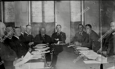 Conservative Party Leaders At The Unionist Central Offices In Westminster L-r Sir Douglas Hogg Sir William Joynson-hicks Mr L.c.m.s Amery Lord Cave Lord Salisbury Lord Gurzon Mr Stanley Badwin Mr Austen Chamberlain Lord Birkenhead And Lord Novar.