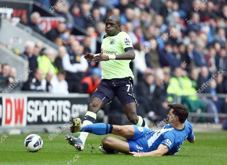 Moussa Sissoko of Newcastle United and Paul Scharner of Wigan Athletic